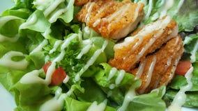 Frango frito panado com o tomate verde orgânico da salada de caesar na tabela de madeira no restaurante ocidental, propaganda do  Foto de Stock Royalty Free