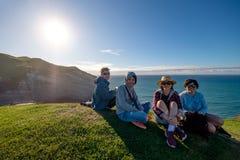 Frank bild av handelsresande som tycker om landskapet av Nya Zeeland royaltyfri fotografi
