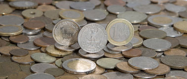 Frank, Dollar und Euro auf Hintergrund vieler alten Münzen Stockfotos