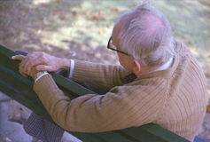 Frank Geiger, een bejaarde en een grootvader van fotograaf Joe Sohm, rotsen op hobbelpaard in St Louis MO Stock Foto