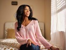 Frank stående av den unga afrikansk amerikankvinnan som bär den rosa tröjan arkivfoton