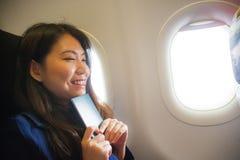 Frank stående för livsstil av den unga lyckliga och härliga asiatiska kinesiska kvinnan som reser för ferier inom flygplankabinen royaltyfri fotografi