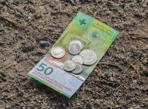 50 Franken Banknote mit den Münzen auf es aus den Grund Stockbild