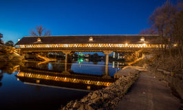 Frankenmuth täckte bron på natten Royaltyfri Fotografi