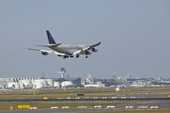 Frankfurt Airport - Cargo aircraft of Saudia Cargo on final approach Stock Photography