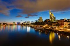 Frankfurt bij nacht Stock Afbeeldingen