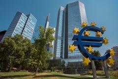 Frankfurt centrum och eurotecken Arkivbild