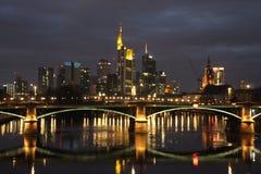 Frankfurt de Noche. Frankfurt am Main conocido como el Mainhattan Diciembre 2018 vista de noche a los rascacielos stock photography