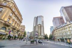 Frankfurt de stad in met Mercedes Building en Eurotower stock afbeelding