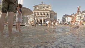 Frankfurt, Deutschland - 2. August 2018: Leute, die nach Erfrischung im Wasser des Brunnens bei Opernplatz während suchen stock video footage