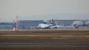 FRANKFURT, DEUTSCHLAND - 28. Februar 2015: Lufthansa Boeing 747 - MSN 28285 - D-ABVR, genannt Köln, das geht, sich an zu entferne Lizenzfreie Stockfotos