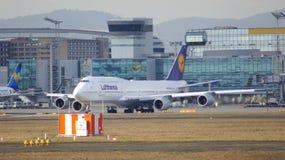FRANKFURT, DEUTSCHLAND - 28. Februar 2015: Lufthansa Boeing 747 - MSN 28287 - D-ABVT, genannt Rheinland-Pfalz, das geht zu nehmen Lizenzfreies Stockbild