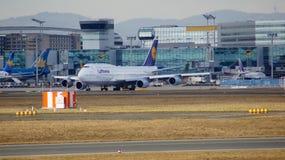 FRANKFURT, DEUTSCHLAND - 28. Februar 2015: Lufthansa Boeing 747 - MSN 28287 - D-ABVT, genannt Rheinland-Pfalz, das geht zu nehmen Stockfotos