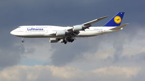 FRANKFURT, DEUTSCHLAND - 28. Februar 2015: Lufthansa Boeing 747 - MSN 37829 - D-ABYD, genannt Mecklenburg-Vorpommernlandung Lizenzfreies Stockfoto
