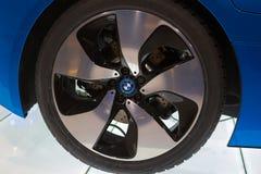 Frankfurt, Deutschland - 15. Juni 2016: Das Rad des BMW-Konzeptautos i8 gezeigt am Internationale-Flughafen stockfotos