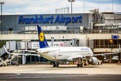 Frankfurt Deutschland 23 02 19 Lufthansa Airbus zweistrahlige Jet-Passagierflugzeugstellung am fraport Flughafenwarteflug stockbilder