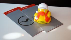 FRANKFURT, DEUTSCHLAND - SEPTEMBER 2014: Karten- und Quitscheentchen-berühmte Gummiente Lufthansa-erster Klasse Stockbild