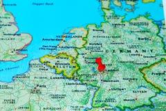 Frankfurt, Deutschland steckte auf eine Karte von Europa fest Stockbild