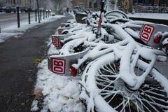 Frankfurt, Duitsland - December 03: De fietsen van Deutschebahn in de sneeuw op 03 December, 2017 in Frankfurt, Duitsland Royalty-vrije Stock Foto