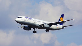 FRANKFURT, DUITSLAND - 28 FEBRUARI, 2015: Een Lufthansa-Luchtbus A321-200 - MSN 6415 - D-AIDW - land in Internationaal Frankfurt stock foto