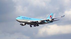 FRANKFURT, DUITSLAND - 28 FEBRUARI, 2015: Korean Air Boeing 747-4B5ERF - MSN 33946 - HL7601 - vrachtschip die - naderbij komen Royalty-vrije Stock Foto's