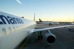 FRANKFURT, DUITSLAND - 20 JANUARI, 2017: Het inschepen van een Lufthansa-Jet in de luchthaven van Frankfurt tijdens zonneschijn l Royalty-vrije Stock Foto
