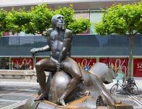 Frankfurt, Duitsland - Juni 15, 2016: Eigentijds beeldhouwwerk dichtbij Galleria Kaufhof bij Zeil-Straat stock foto's