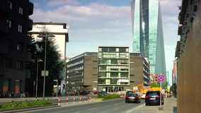 FRANKFURT, DUITSLAND: ULTRAhd echt 4K, - tijd, Stadsmening van de Europese Centrale Bank (ECB) stock footage