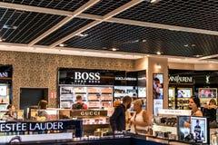 Frankfurt, Duitsland 29 09 2017 winkelt met vrijstelling van rechten bij Duitse luchthaven duesseldorf met verschillende luxegoed Stock Afbeelding