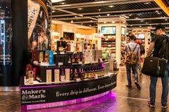 Frankfurt, Duitsland 29 09 2017 winkelt met vrijstelling van rechten bij Duitse luchthaven duesseldorf met verschillende luxegoed stock afbeeldingen