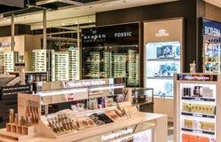 Frankfurt, Duitsland 29 09 2017 winkelt met vrijstelling van rechten bij Duitse luchthaven duesseldorf met verschillende luxegoed royalty-vrije stock foto's