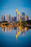 Frankfurt efter solnedgång Royaltyfri Bild