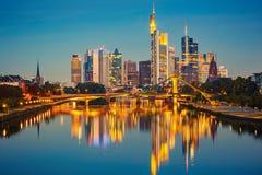 Frankfurt efter solnedgång Arkivfoto