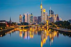 Frankfurt efter solnedgång Arkivfoton