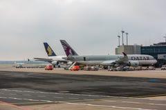 Frankfurt förkläde som visar A350 Qatar Airways och A380 Singapore Airlines Arkivfoto