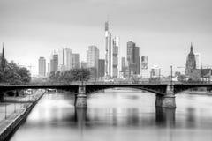Frankfurt - f.m. - huvudsaklig horisont i svartvitt Royaltyfri Foto