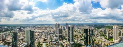 Frankfurt - f.m. - huvudsaklig horisont med dramatisk cloudscape, Hessen, Tyskland Royaltyfria Bilder