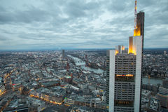 Frankfurt - f.m. - huvudsaklig Tyskland cityscape på natten Arkivfoto
