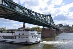 Frankfurt f.m. Maine cityscape - kryssningskepp Royaltyfri Fotografi