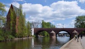 Frankfurt - f.m. - strömförsörjning - gammal bro f.m. Maininsel Royaltyfria Bilder