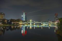 Frankfurt - f.m. - strömförsörjning, huvudsaklig horisont under skymningblåtttimme Royaltyfri Fotografi
