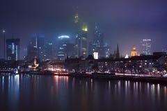 Frankfurt - f.m. - strömförsörjning i morgonen, Tyskland Arkivfoton