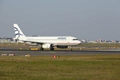 Frankfurt-Flughafen - Airbus A320 von Aegean Airlines entfernt sich Stockfotos