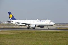 Frankfurt-Flughafen - Airbus A320-200 von Lufthansa entfernt sich Lizenzfreie Stockbilder