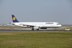 Frankfurt-Flughafen - Airbus A321-200 von Lufthansa entfernt sich Stockfotos