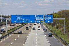 Frankfurt-Flughafen - Autobahn A5 mit roadsign zum Flughafen Lizenzfreie Stockfotografie