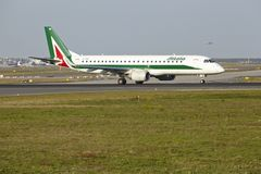 Frankfurt-Flughafen - Embraer E190-100 von Alitalia entfernt sich Stockfoto