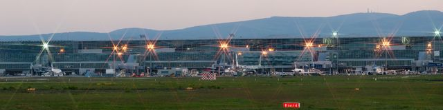 Frankfurt-Flughafenpanorama auf frühem Morgen Stockfotos