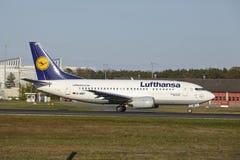 Frankfurt flygplats - Boeing 737-500 av Lufthansa tar av Royaltyfria Bilder
