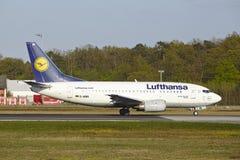 Frankfurt flygplats - Boeing 737-500 av Lufthansa tar av Royaltyfri Fotografi